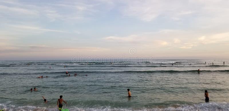 Sessão da ressaca do por do sol em Ohau Havaí foto de stock royalty free