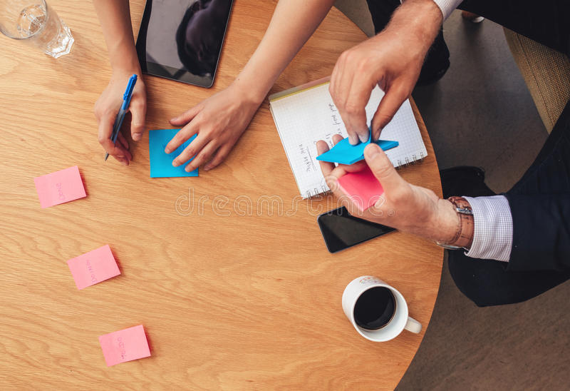Sessão da sessão de reflexão com notas de post-it na tabela imagens de stock