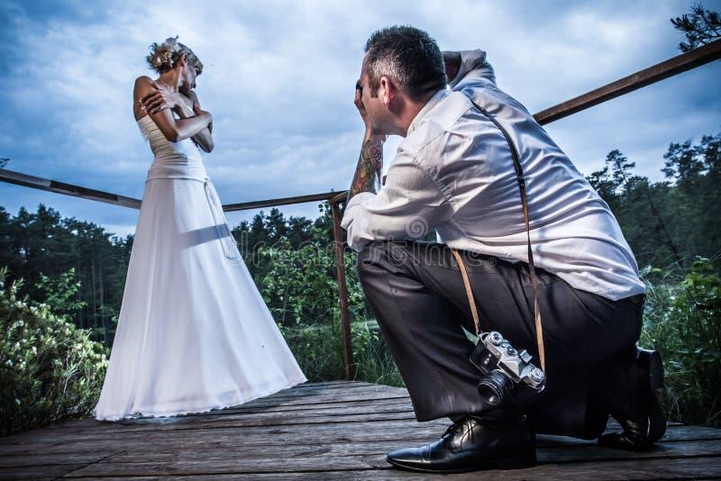 Sessão de foto com a noiva e o noivo imagens de stock