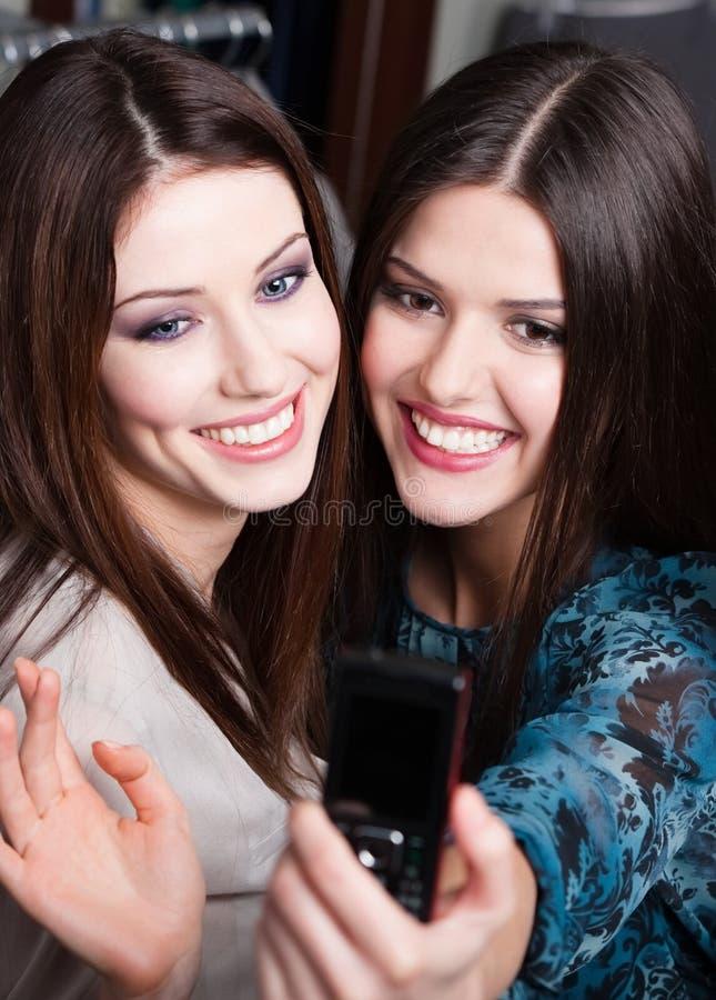 Sessão de foto das meninas no centro comercial foto de stock royalty free