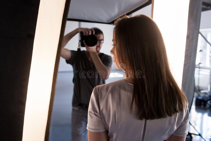 Sessão de foto de bastidores Modelo do tiro do fotógrafo foto de stock royalty free