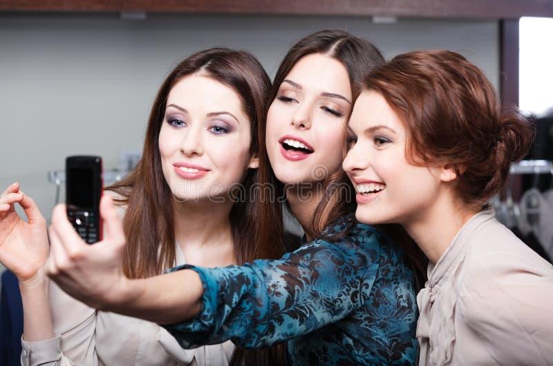 Sessão de foto de sorriso das meninas após a compra imagem de stock