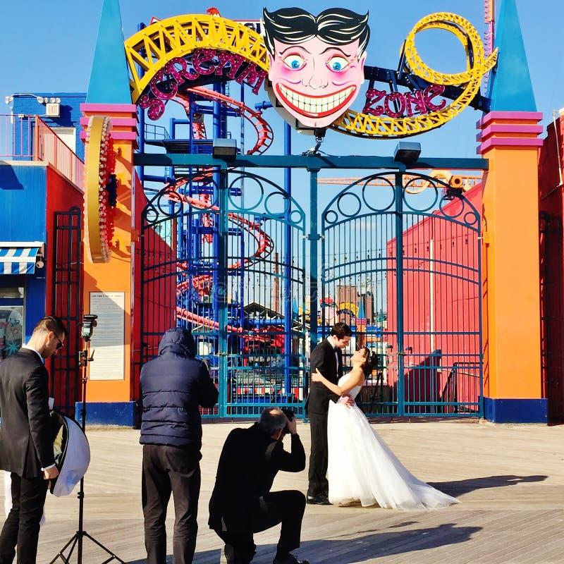 Sessão de foto do casamento de New York do Coney Island fotos de stock