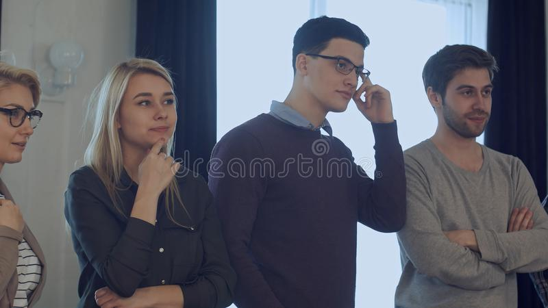 Sessão de reflexão da audiência, colegas que estão e que escutam um treinador imagem de stock