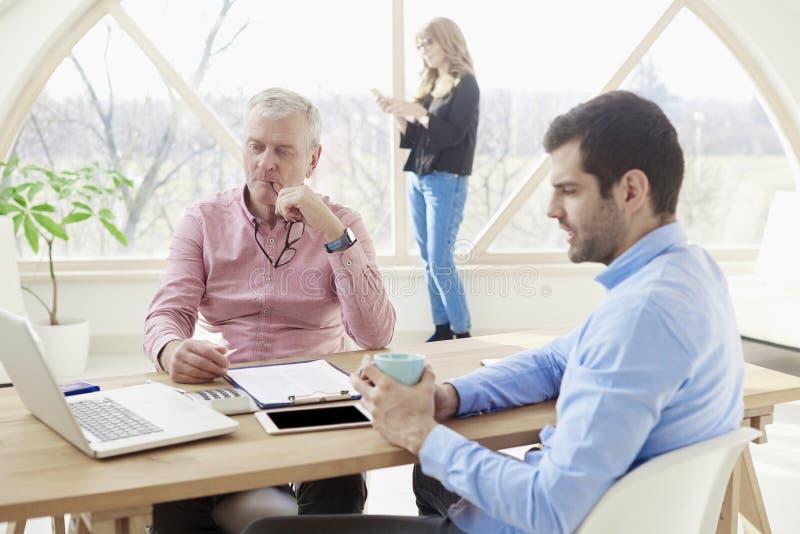 Sessão de reflexão da equipe do negócio no escritório imagem de stock