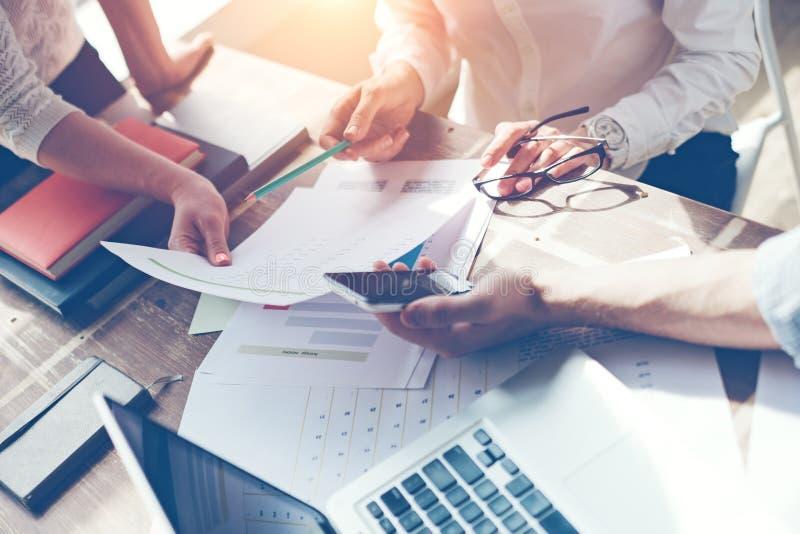Sessão de reflexão da equipe do negócio Pesquisa do plano de marketing Documento na tabela, no portátil e no smartphone fotografia de stock