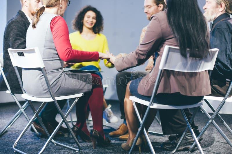 Sessão de terapia do grupo que senta-se em um círculo fotos de stock royalty free