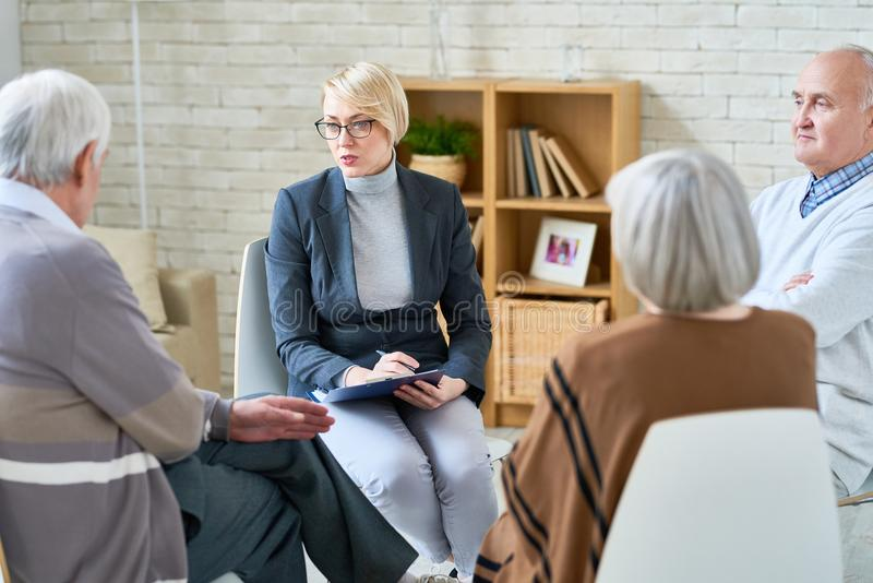 Sessão de terapia no lar de idosos foto de stock royalty free