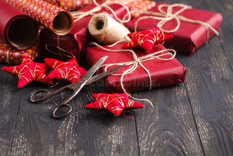 Sessão do papel de embrulho do Natal com fita, fita e as caixas de presente pequenas foto de stock