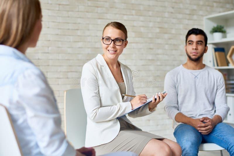Sessão fêmea bonita de Leading Group Therapy do psicólogo foto de stock royalty free