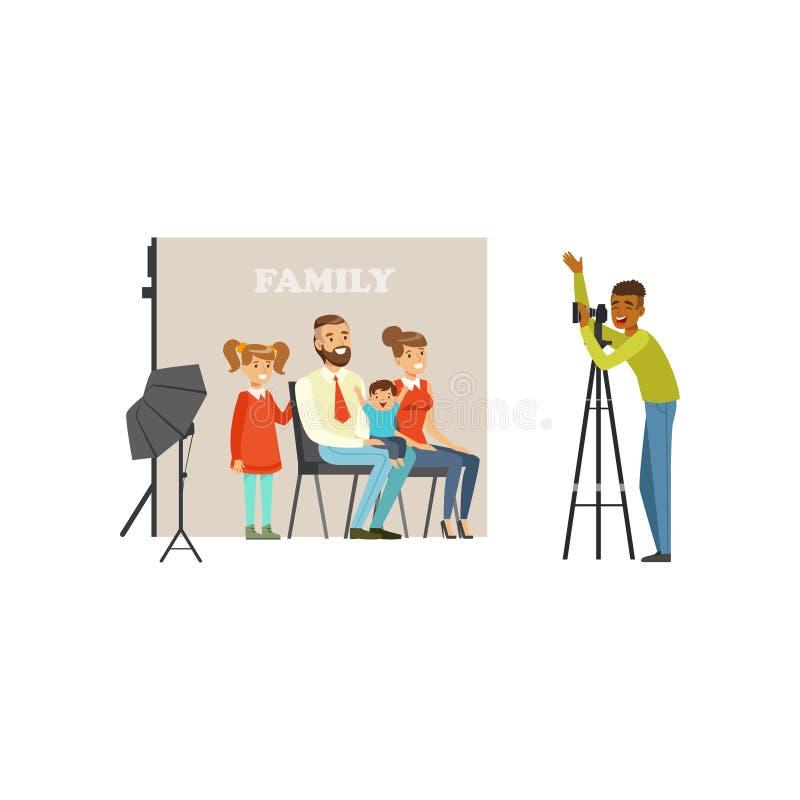 Sessão fotográfica da família no estúdio Pai feliz, mãe, filha e filho pequeno olhando na câmera Vetor dos desenhos animados do p ilustração royalty free