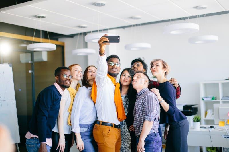 Sessão fotográfica da juventude alegre da raça misturada foto de stock royalty free