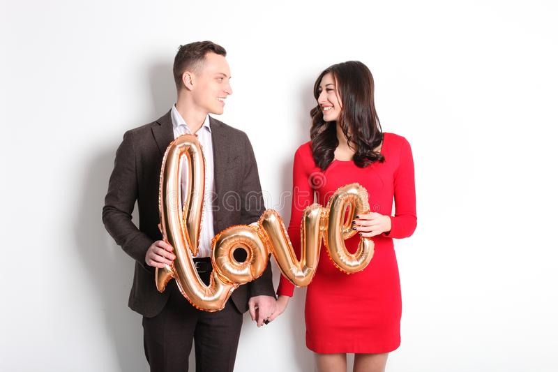 Sessão fotográfica feliz do dia do ` s do Valentim Pares no amor que sorri largamente, mostrando a afeição, estilo ocasional sofi fotografia de stock royalty free