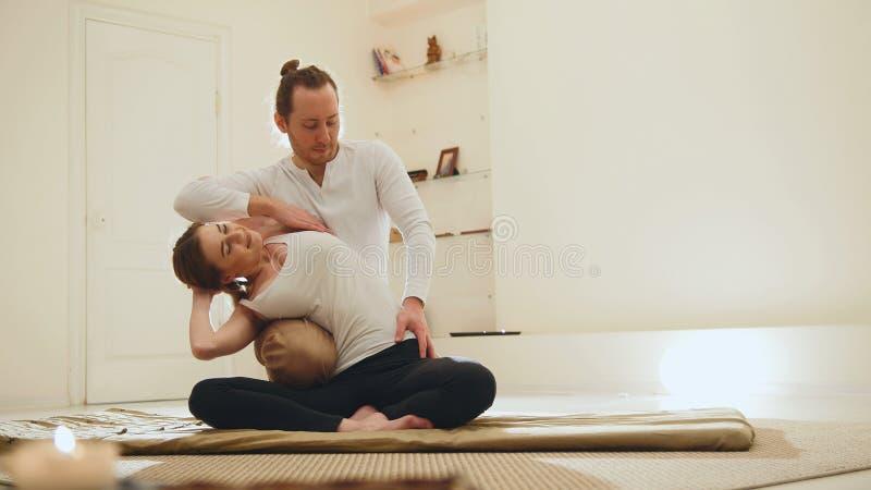 Sessão tailandesa da massagem - terapia tradicional para a jovem mulher branca fotografia de stock royalty free