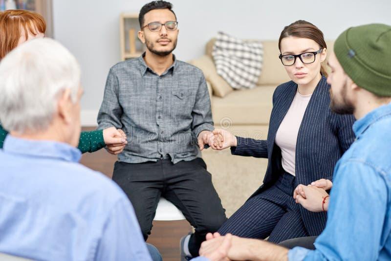 Sessão talentoso de Conducting Group Therapy do psicólogo fotografia de stock royalty free
