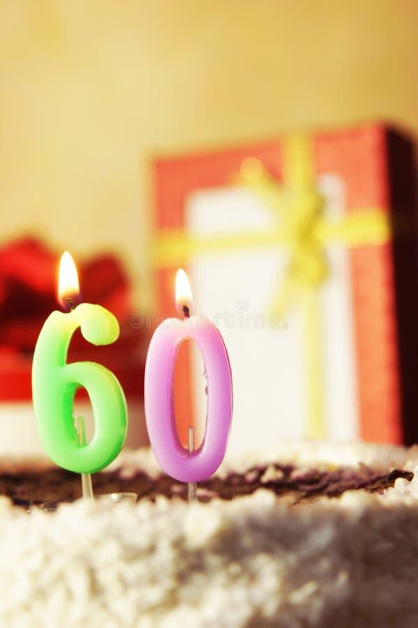 Sessanta anni Torta di compleanno con le candele burning fotografia stock