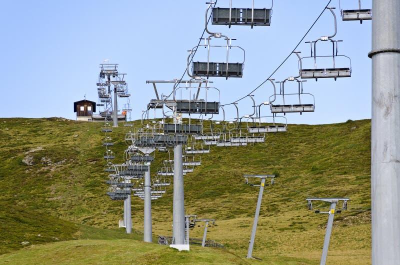 Sesselbahn auf einem Skisprung im Sommer stockbild