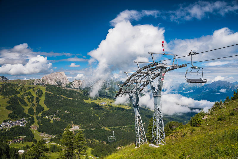 Sesselbahn in den Sommerbergen stockfoto