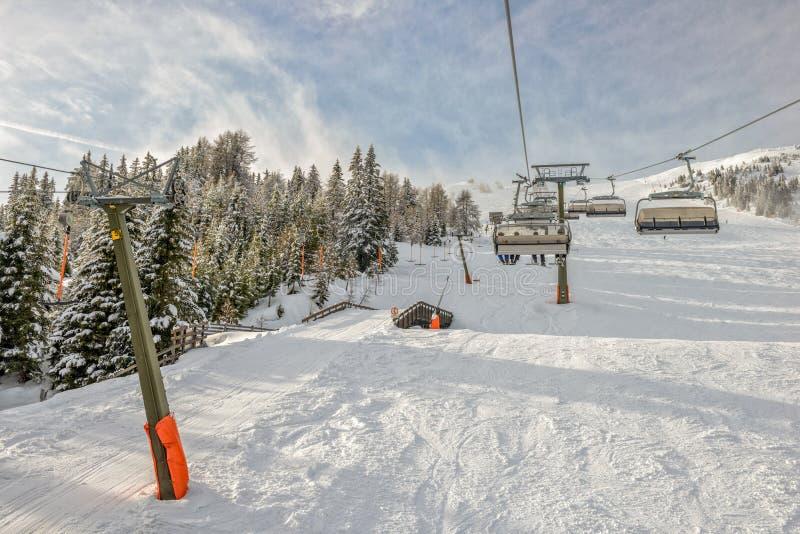 Download Sessellift am Skiort stockfoto. Bild von rücksortierung - 47103012