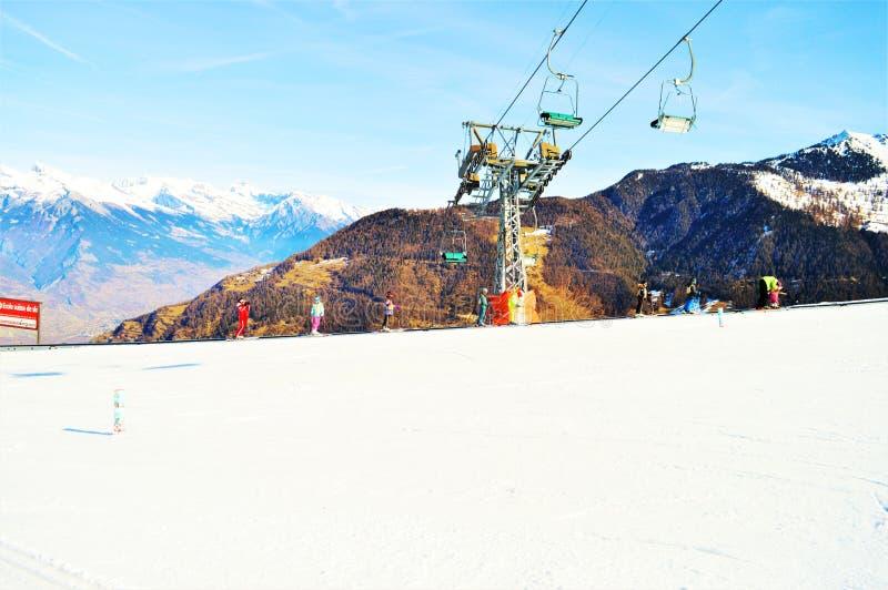 Sessellifte in den Schweizer Alpen und in den Schneebahnen stockfotografie
