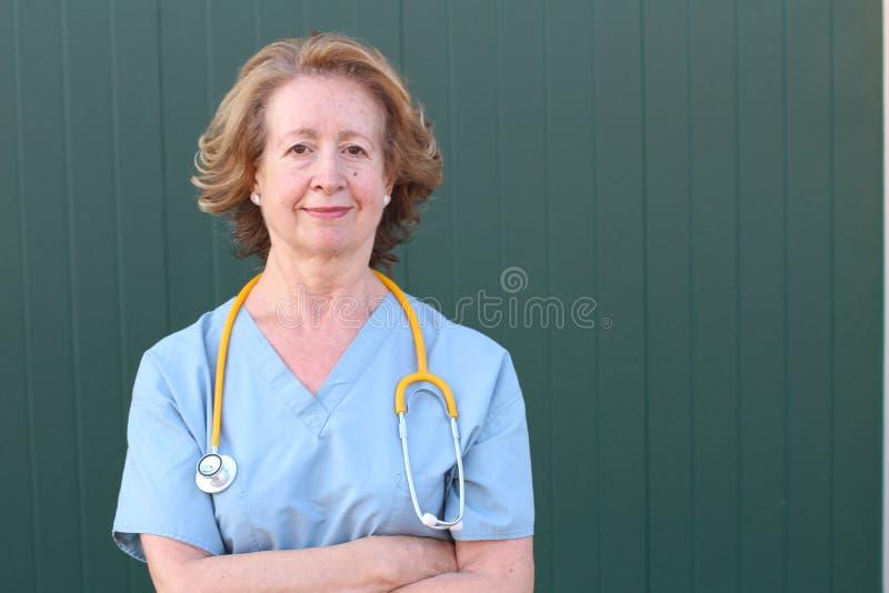 Sessenta anos de fim velho do trabalhador dos cuidados médicos acima foto de stock