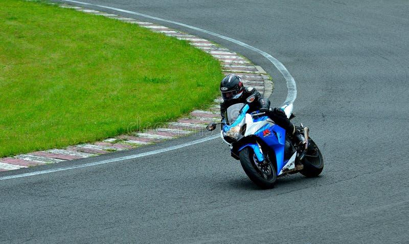 Session d'équitation de moto au centre de course de WallraV images libres de droits