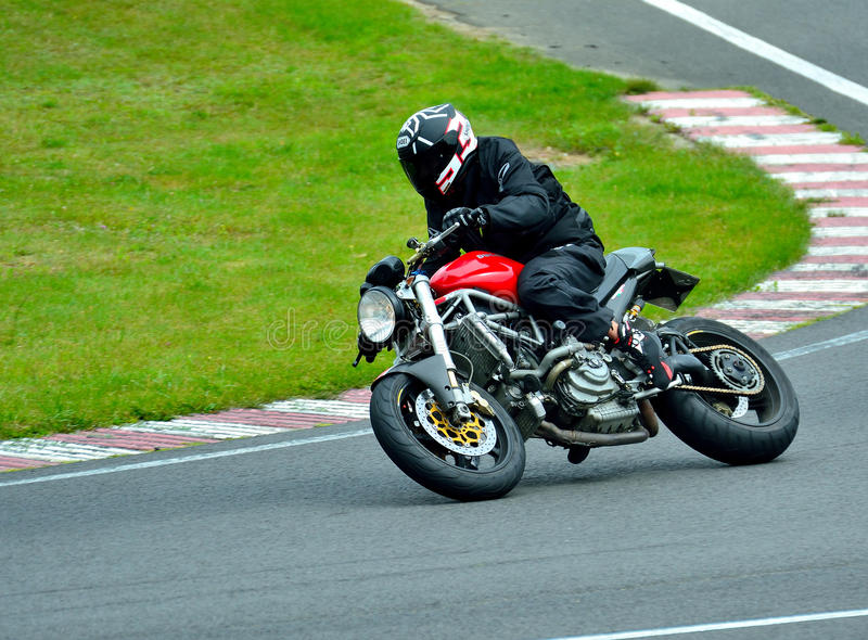 Session d'équitation de moto au centre de course de WallraV photographie stock