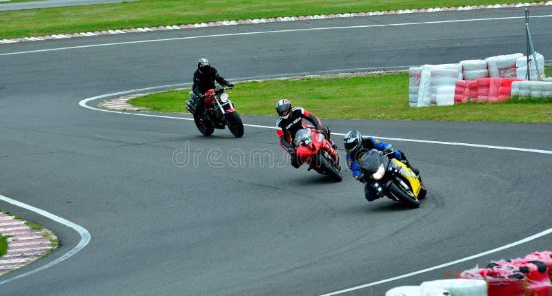 Session d'équitation de moto au centre de course de WallraV images stock