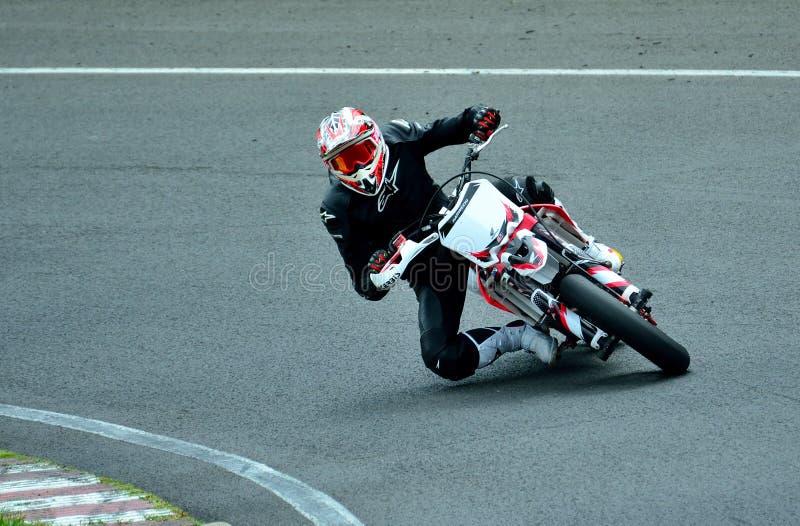Session d'équitation de moto au centre de course de WallraV photo libre de droits