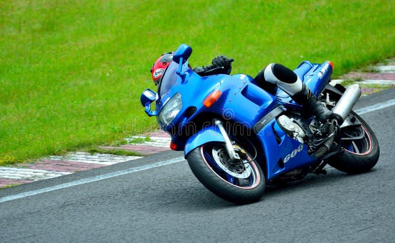 Session d'équitation de moto au centre de course de WallraV image stock