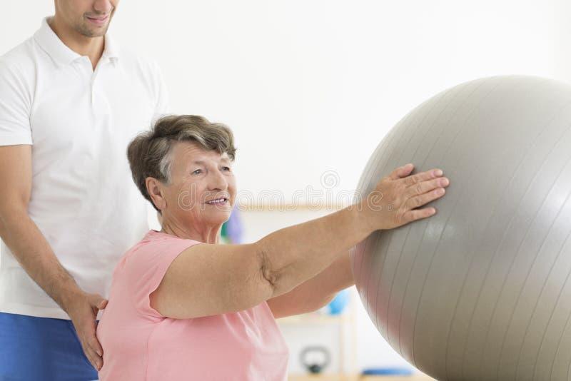 Session de physiothérapie avec la boule d'ajustement photo stock