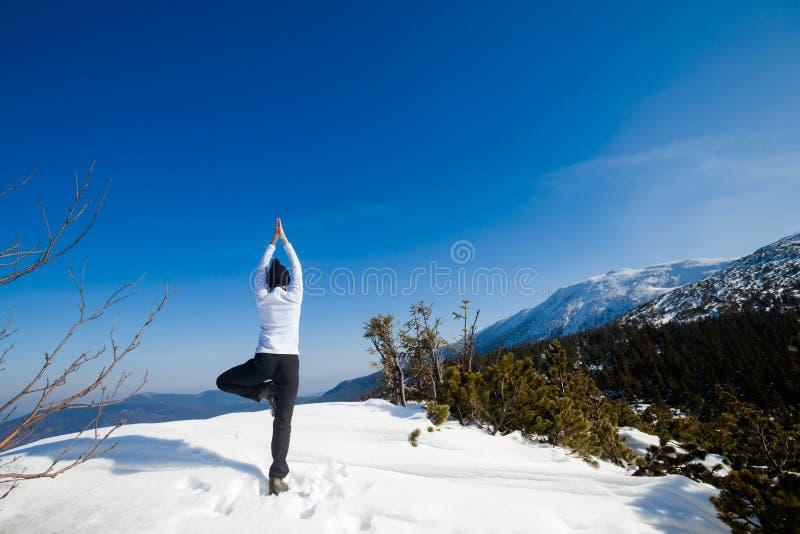 Session de yoga d'hiver dans le bel endroit de montagne photos libres de droits