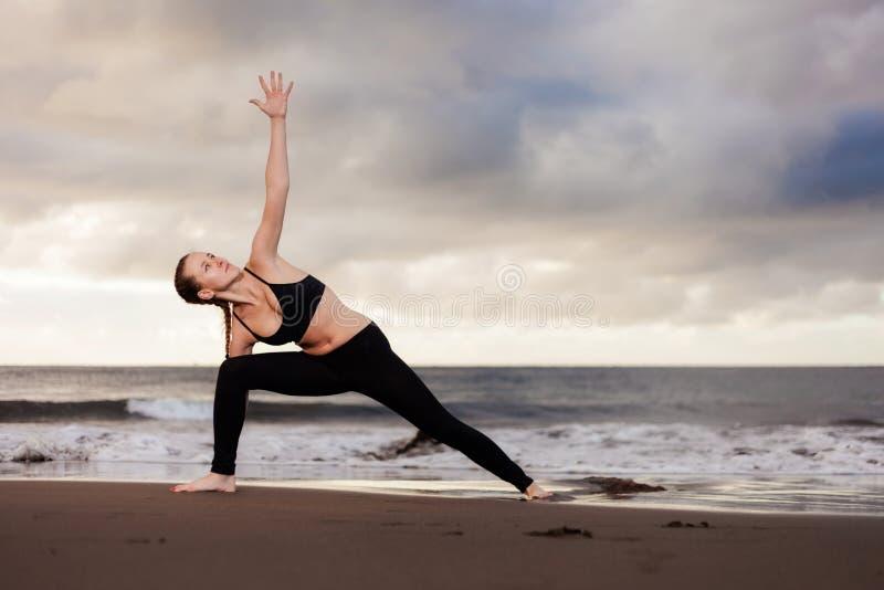 Session de yoga de lever de soleil sur la plage images libres de droits