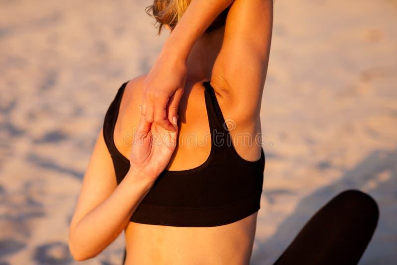 Session de yoga de plage par la mer polonaise image stock