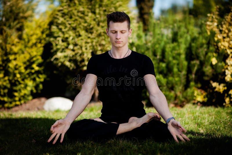 Session extérieure de yoga dans le bel endroit - méditation images libres de droits