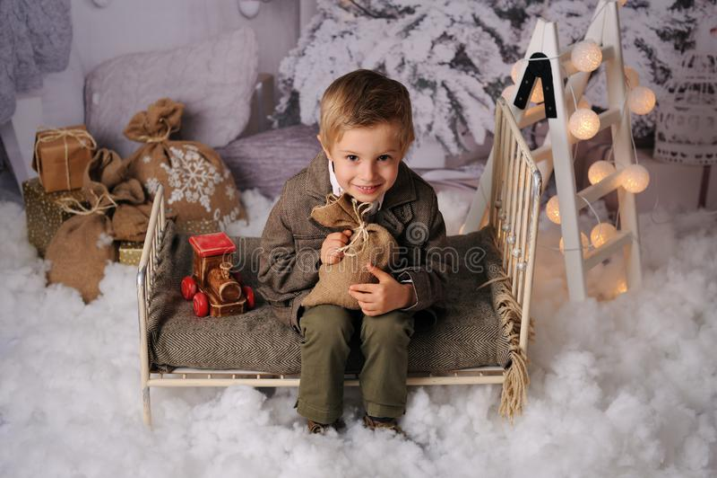 Sessione di Natale di un ragazzo nella foresta immagini stock