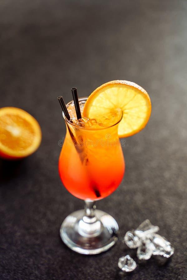 Sesso del cocktail di estate sui precedenti del nero della spiaggia fotografie stock