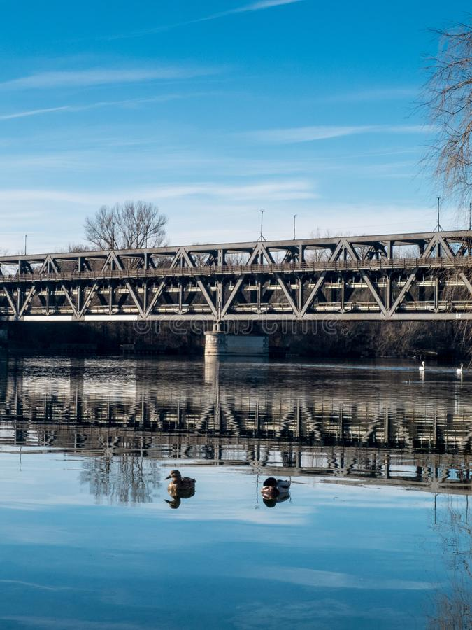 Sesto Calende, Λομβαρδία, Ιταλία, γέφυρα σιδήρου στον ποταμό Ticino στοκ εικόνα