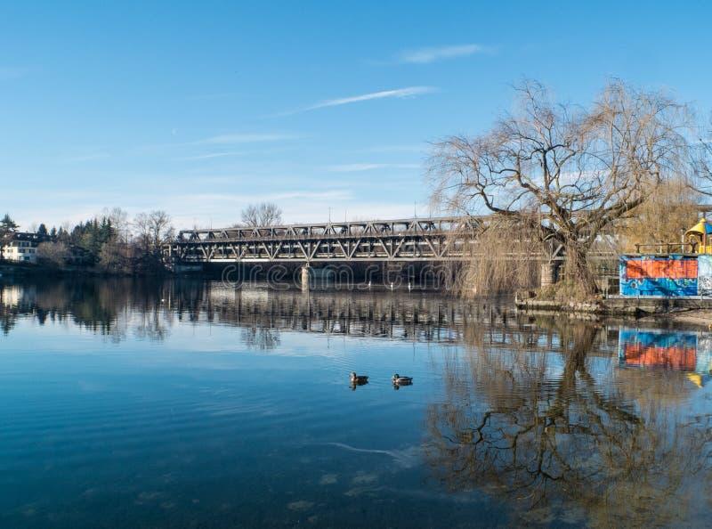 Sesto Calende, Lombardía, Italia, puente del hierro en el río Tesino foto de archivo libre de regalías