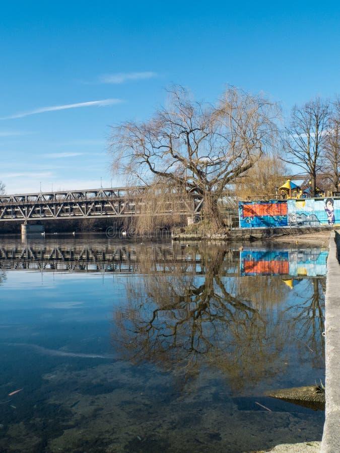 Sesto Calende, Lombardia, Italia, ponte del ferro sul fiume il Ticino fotografia stock libera da diritti