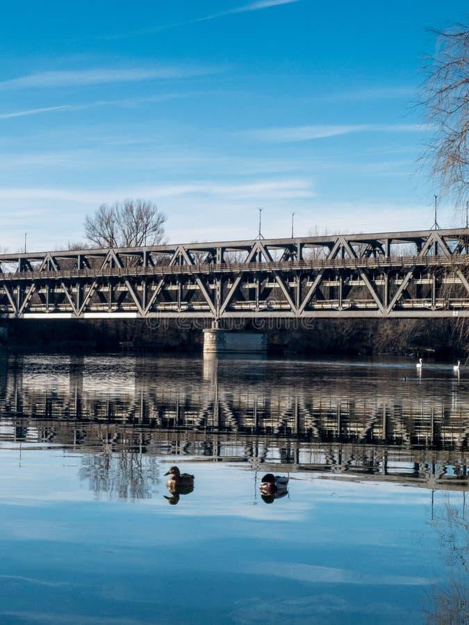 Sesto Calende, Lombardia, Italia, ponte del ferro sul fiume il Ticino immagine stock