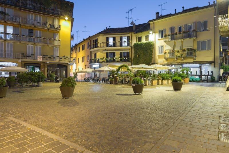 Sesto Calende por la noche, cuadrado Scipione, al lado del paseo del río, Italia imágenes de archivo libres de regalías