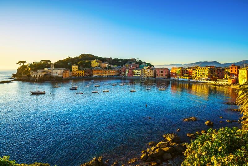 Sestri Levante, porto do mar da baía do silêncio e opinião da praia no por do sol imagens de stock royalty free