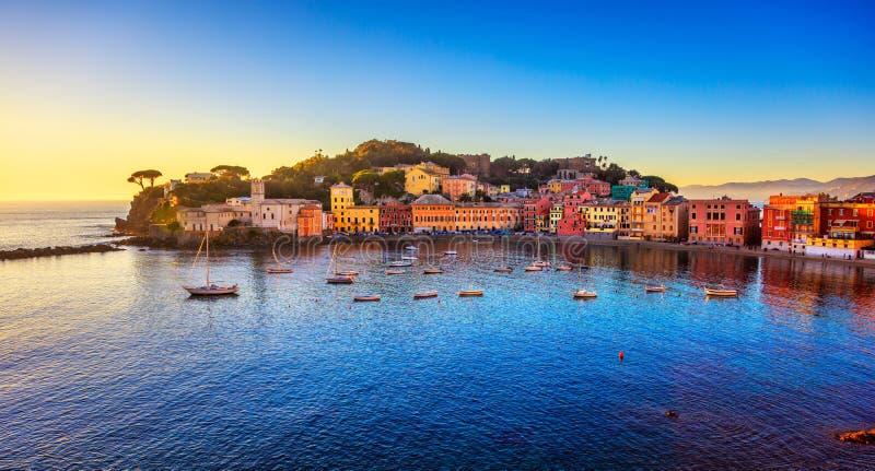 Sestri Levante, porto do mar da baía do silêncio e opinião da praia no por do sol imagem de stock royalty free