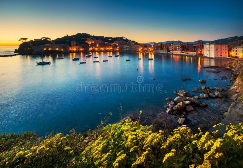 Sestri Levante, porto do mar da baía do silêncio e opinião da praia no por do sol foto de stock