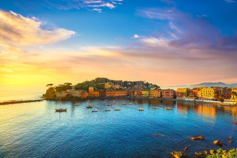 Sestri Levante, porto do mar da baía do silêncio e opinião da praia no por do sol Camogli, Italy fotografia de stock royalty free