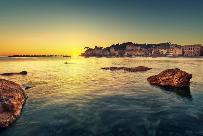Sestri Levante, rochas da baía do silêncio, mar e opinião da praia no por do sol fotos de stock