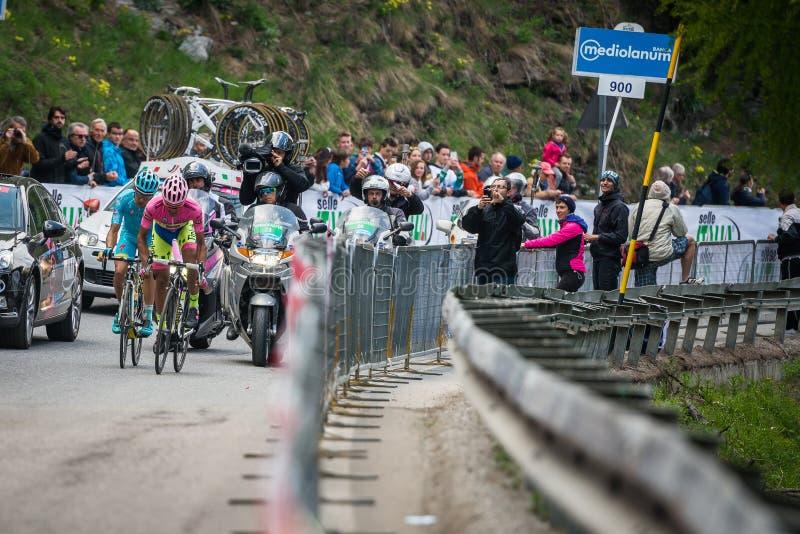 Sestriere Italien 30 Maj 2015; Alberto Contador i rosa Jersey tacklar den sista klättringen för för ankomst royaltyfria bilder