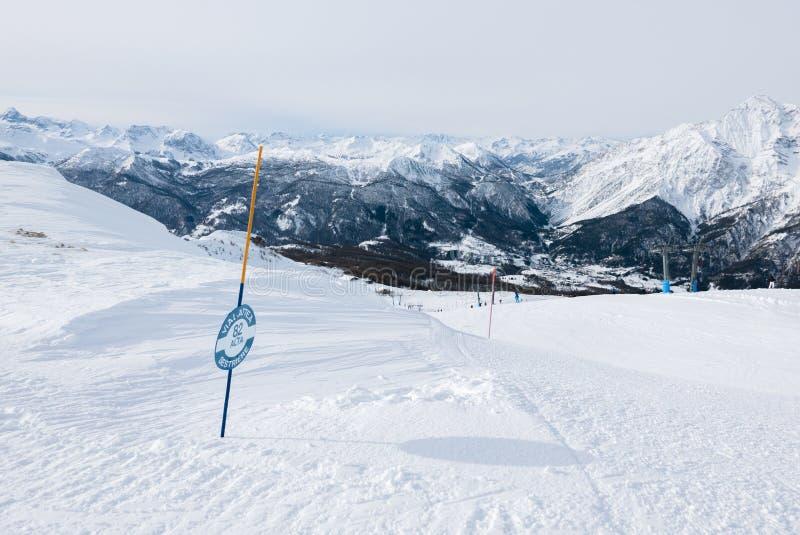 Sestriere, Piamonte, esquiadores de Italia en las cuestas foto de archivo libre de regalías