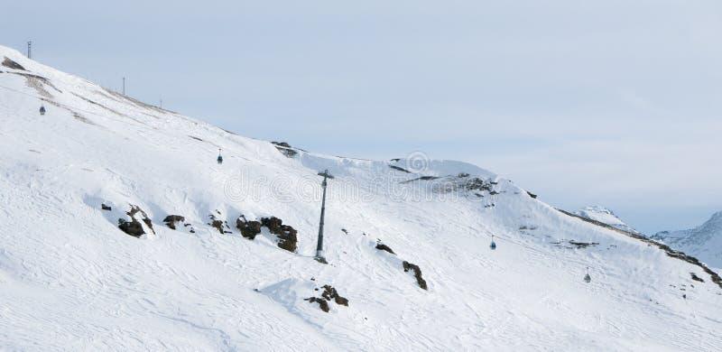 Sestriere, Piamonte, esquiadores de Italia en las cuestas imagenes de archivo